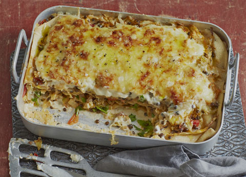 Whole grain lasagne with lentils, cabbage and tomatoes