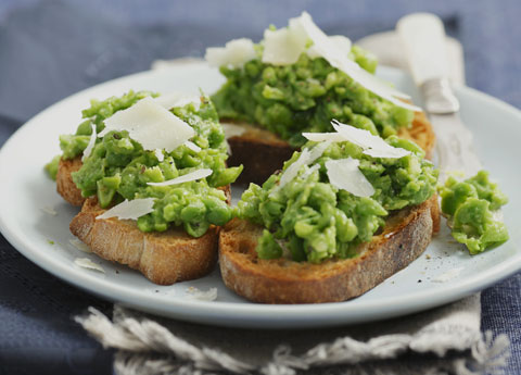 Crostini with peas and Parmesan